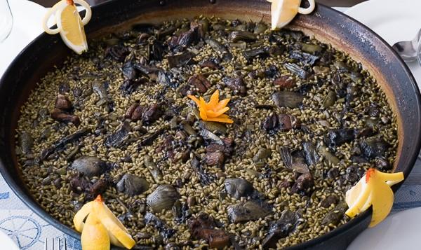 Paella valenciana de invierno, de habas y alcachofas