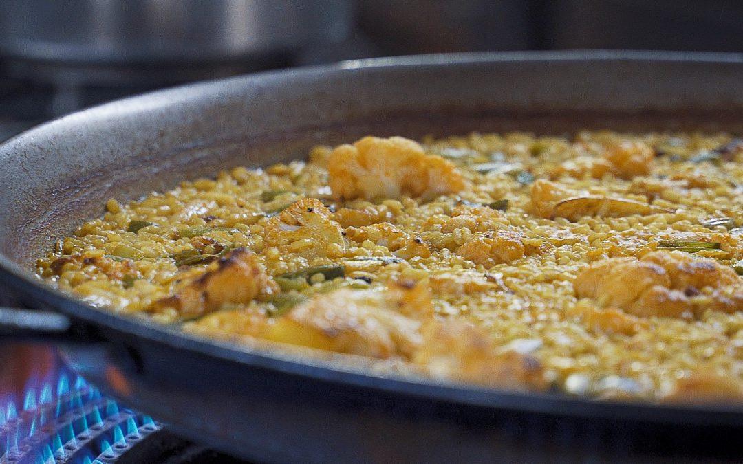 Paella de bacalao, coliflor y ajos tiernos