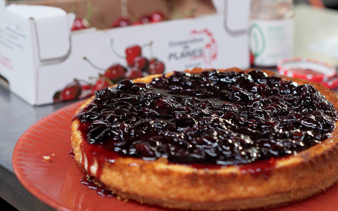 Tarta de queso con mermelada de cerezas